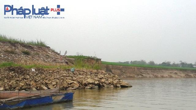 Đơn vị thi công đang gia cố khu vực kè bị sạt (ảnh Đào Tấn).