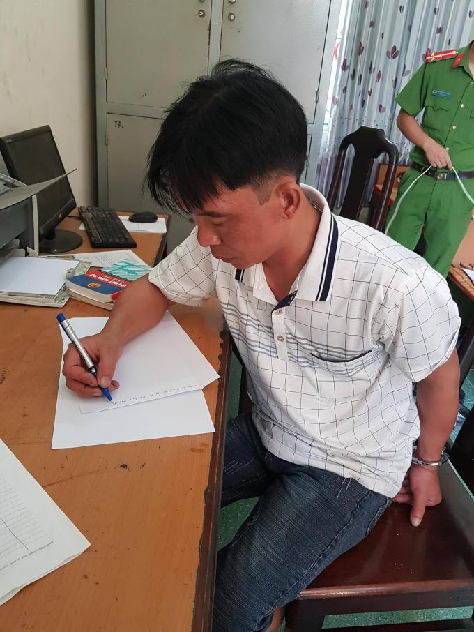 Đối tượng Trần Văn Hùng tại cơ quan điều tra (ảnh: Đào Tấn)