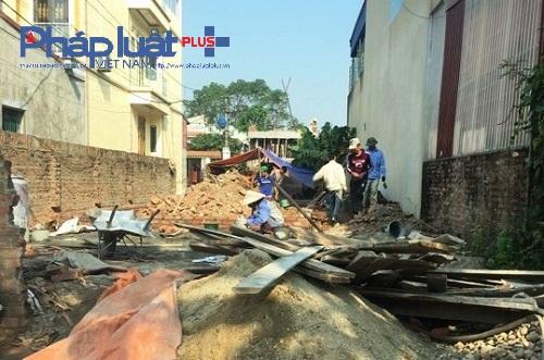 Một ngôi nhà đang đổ móng nhưng không có bóng dáng của chính quyền địa phương (Ảnh: Đào Tấn)
