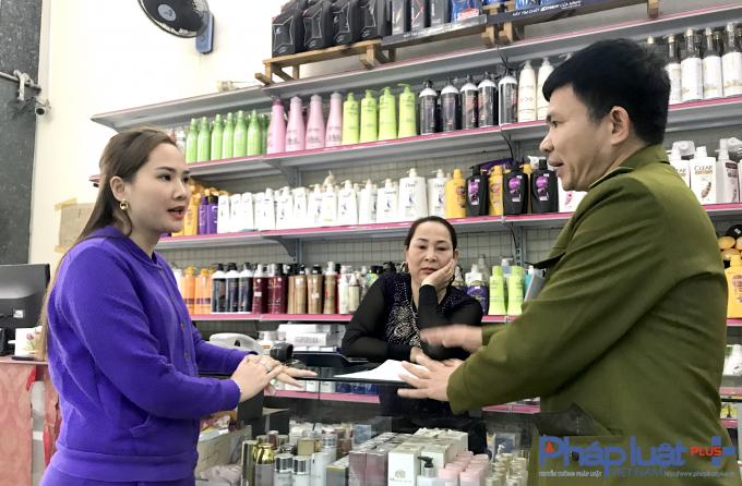 Bà Đặng Thị Hằng làm việc với cơ quan chức năng.