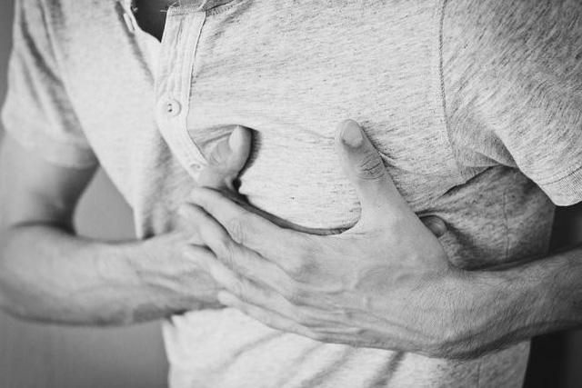 Đau do cơn hoảng loạn thường cảm thấy sắc nét hơn và khu trú ở một vùng trong khi những người bị cơn đau tim thường cảm thấy tức nặng nhiều hơn trên ngực.