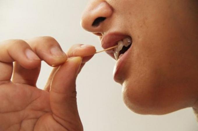 Bệnh nhân kể lại hôm trước sau ăn cơm, khi xỉa răng thì nuốt phải cây tăm dài 4-6cm, tới đêm thì thấy đau bụng dữ dội. Ảnh: minh họa