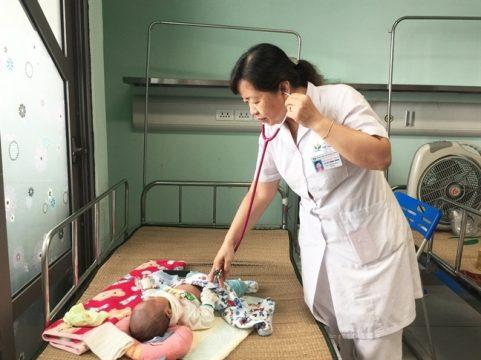 PGS Lê Thị Hồng Hanh thăm khám cho một bệnh nhi viêm phổi do nhiễm virus hợp bào hô hấp.