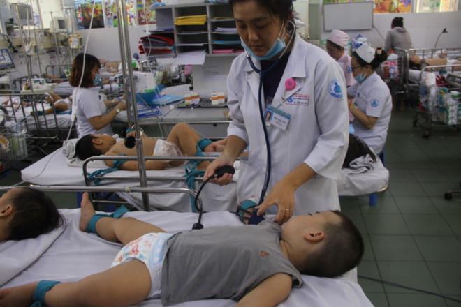 Bệnh nhi bị tay chân miệng điều trị ở BV Nhi đồng 1