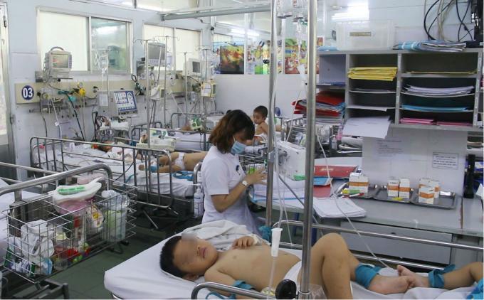 Trẻ bị tay chân miệng nằm la liệt tại BV Nhi đồng 1, TP HCM. Ảnh: Văn Đức