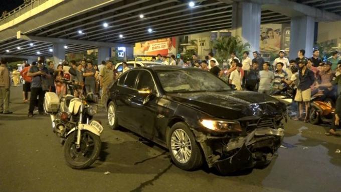 Hiện trường vụ tai nạn do nữ tài xế xe BMW đâm vào một loạt phương tiện đang dừng đèn đỏ ở ngã tư Hàng Xanh. Ảnh: An ninh thủ đô