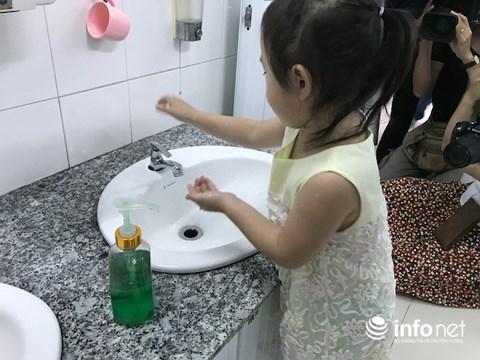 Hướng dẫn trẻ rửa tay trong trường mầm non