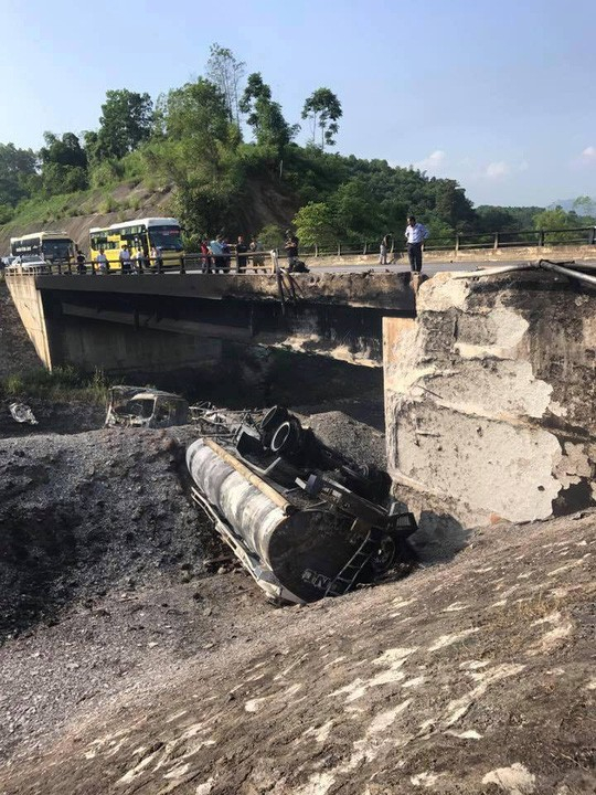 Khu vực cầu Ngòi Thủ bị hư hỏng sau vụ tai nạn ngày 5/9. Ảnh: Người lao động