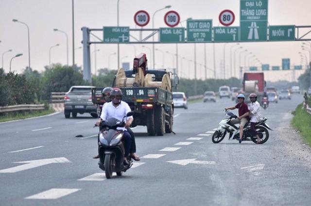 Nhiều người đi xe máy vào bên trong làn ô tô Đại lộ Thăng Long đã quay đầu bỏ chạy khi thấy lực lượng chức năng, đi ngược chiều bất chấp nguy hiểm. Ảnh Báo Giao Thông