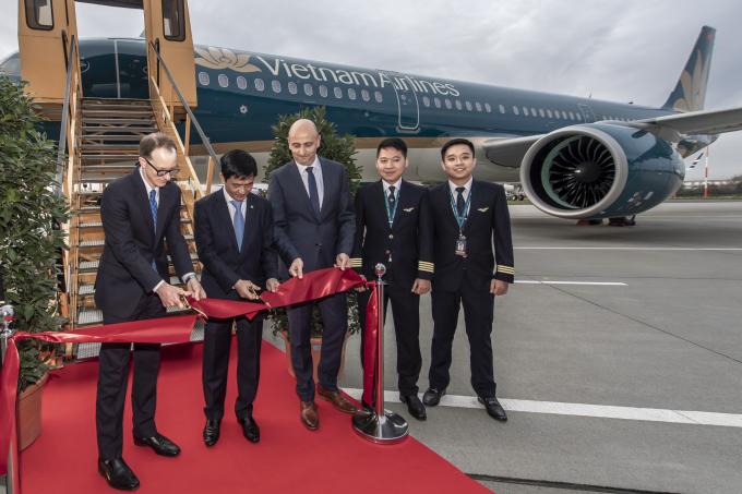 Phó Tổng giám đốc Nguyễn Thái Trung cùng đại diện nhà sản xuất Airbus và công ty cho thuê máy bay Aviation Capital Group (ACG),chúc mừng chiếc A321neo đầu tiên gia nhập đội bay của Vietnam Airlines. Việc đầu tư cho dòng máy bay A321neo nằm trong chiến lược phát triển và nâng cấp đội máy bay thân hẹp hiện đại của Hãng.