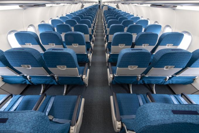 Máybay của Vietnam Airlinesđượcthiếtkế203 chỗ ngồi, được chia thành hai hạng ghế riêng biệt với 8 ghế hạng thương gia và 195 ghế hạng phổ thông. Ghế ngồi rộng 18 inch, thiết kế mỏng hơn phiên bản cũ tạo sự giãn cách lớn, mang đến không gian cá nhân rộng hơn và sự thoải mái tối đa cho hành khách.