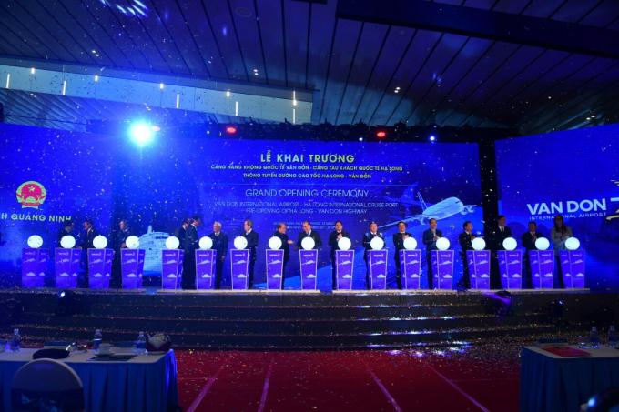 Thủ tướng Chính phủ Nguyễn Xuân Phúc, các đồng chí lãnh đạo Đảng, Nhà nước, Ông Dương Trí Thành – Tổng giám đốc Vietnam Airlines và các đại biểu cùng thực hiện nghi lễ khai trương sân bay Vân Đồn