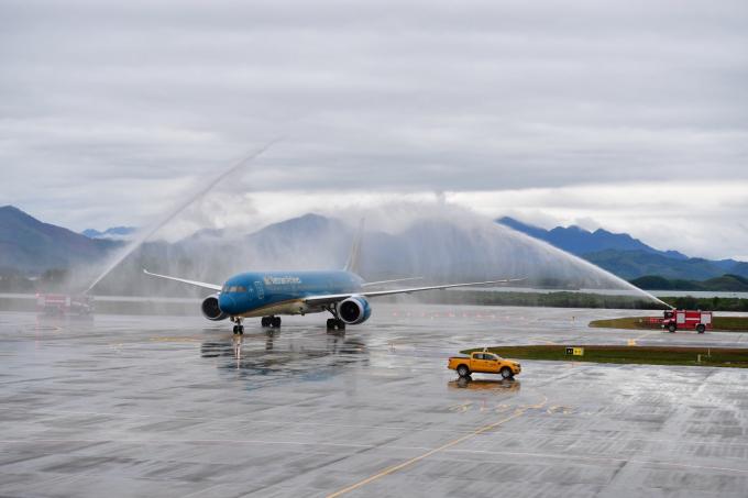 Chuyến bay thương mại đầu tiên của sân bay Vân Đồn mang số hiệu VN1286 được khai thác bằng máy bay Boeing 787-9 của Vietnam Airlines từ Thành phố Hồ Chí Minh hạ cánhlúc 09h25ngày 30/12/2018