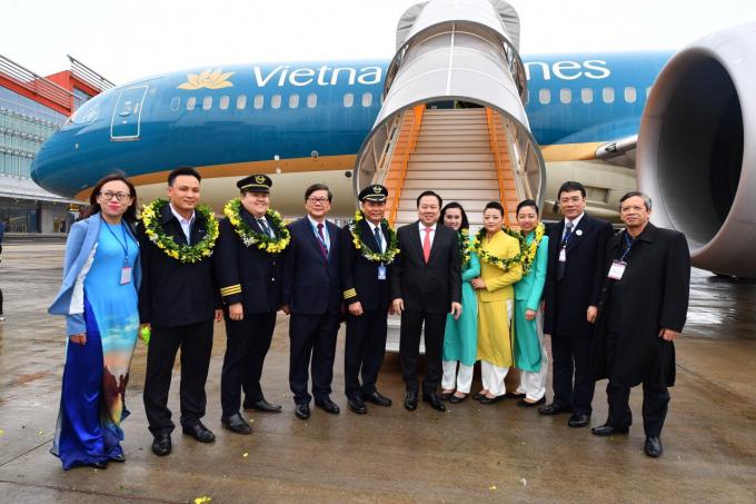 Ông Nguyễn Hoàng Anh – Chủ tịch Ủy ban quản lý vốn nhà nước tại doanh nghiệp cùng Ông Phạm Ngọc Minh – Chủ tịch HĐQT Vietnam Airlines chào đón và chụp ảnh lưu niệm với tổ bay chuyến bay thương mại đầu tiên tại sân bay Vân Đồn VN1286