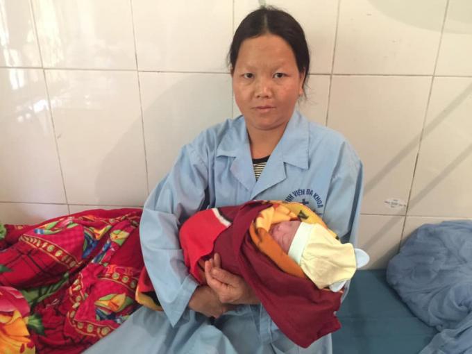 Thai phụ Giàng Thị Thao bên con gái mới sinh