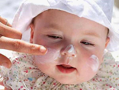 Trẻ bị bệnh rôm rảy, viêm da thường gia tăng trong mùa hè