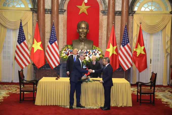 Ông Dương Trí Thành (phải) - Tổng giám đốc Vietnam Airlines và ông Dave Shrik - Phó Tổng giám đốc Sabre trao thỏa thuận mở rộng hợp tác chiến lược