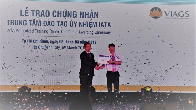 Ông Đỗ Như Phụng - Giám đốc IATA tại Việt Nam (trái) trao chứng nhận