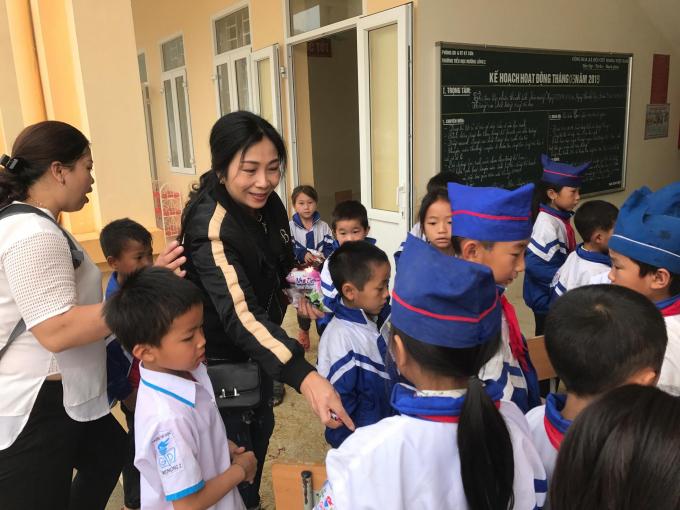 Các em học sinh thích thú khi được chia kẹo