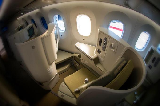 Hạng Thương gia sang trọng và tiện nghi với ghế ngồi có thể ngả phẳng 180 độ