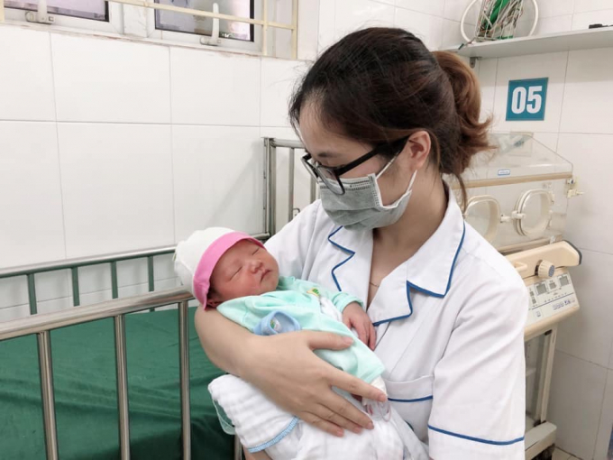 Bé trai trong vòng tay bác sĩ bệnh viện đa khoa Hà Đông