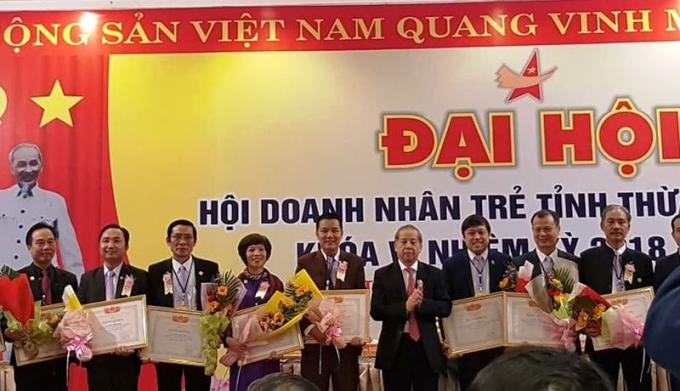 Anh Phượng (ngoài cùng bên trái) được Chủ tịch UBND tỉnh tặng bằng khen với những đóng góp tích cực của thương hiệu Trà Cung đình Huế.