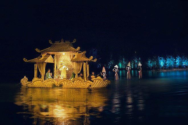 Vở diễn kết nối các du khách quốc tế với câu chuyện văn hóa Việt Nam qua phần lời kể, những câu chuyện lịch sử, văn hóa có phụ đề tiếng Anh