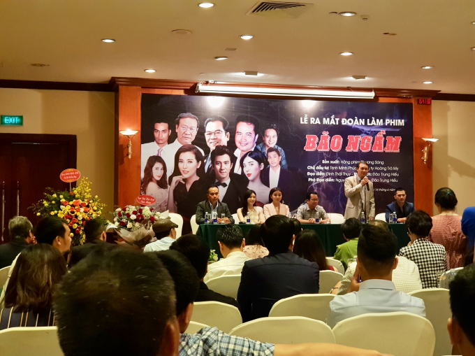 NSƯT Nguyễn Hải cùng dàn diễn viên của bộ phim Bão Ngầm.