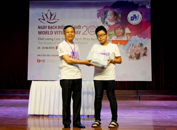 PGS.TS. Nguyễn Văn Thường trao tặng đèn chiếu UVB cho bệnh nhân Bạch biến