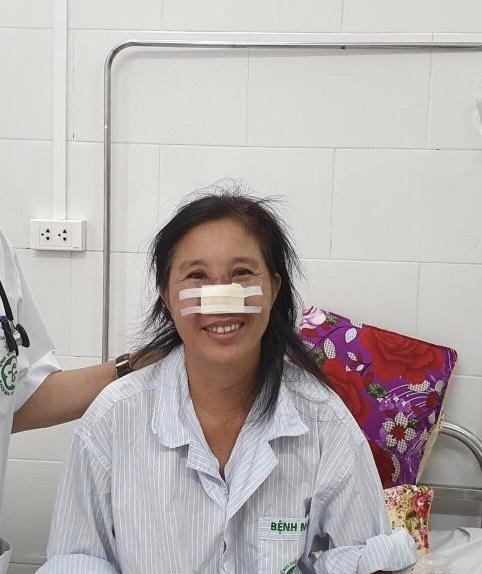 Sau hơn 3 tuần điều trị, bệnh nhân whitmore tổn thương cánh mũi đã được xuất viện trong niềm vui của gia đình và các thầy thuốc. Ảnh: Mai Thanh