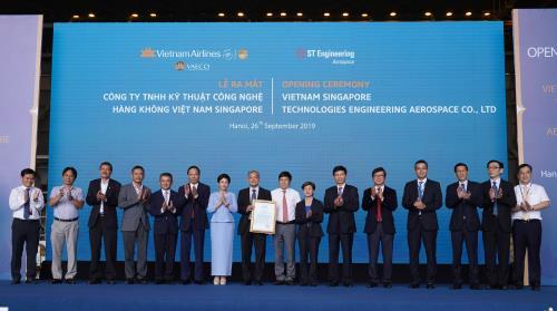 Ông Đinh Việt Thắng, Cục trưởng Cục hàng không Việt Nam trao Giấy chứng nhận phê chuẩn cho đại diện VSTEA. Ảnh: Vietnam Airlines