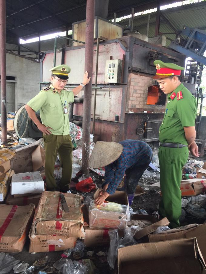 Cục QLTT và Công an tỉnh Bắc Giang thu giữ hơn 3 tạ gà có nguồn gốc nước ngoài. Ảnh: Cục QLTT