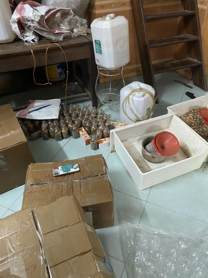 Các sản phẩm đều được sang chiết thủ công trên sàn nhà không đảm bảo vệ sinh