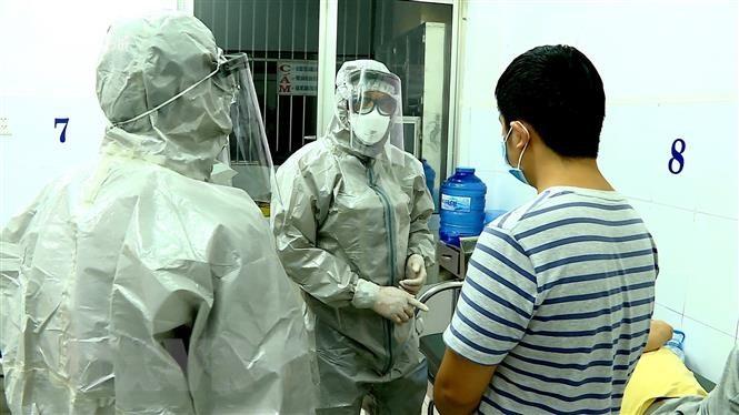 Nhân viên y tế thực hiện các biện pháp nghiệp vụ với bệnh nhân nghi mắc nCoV.