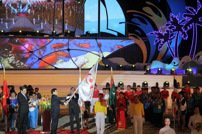 Nghi thức hạ cờ và bàn giao lá cờ đăng cai ABG6 cho thành phố Bali của Indonesia được diễn ra long trọng, trang nghiêm. Ảnh Cao Long