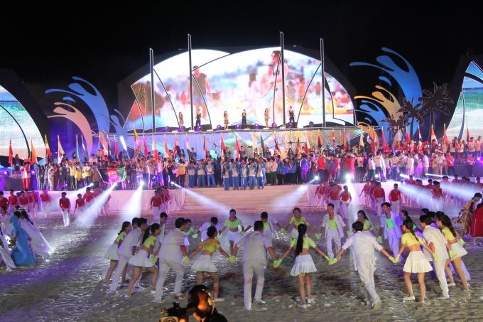 """Lễ bế mạc khép lại với màn múa hát """"Hãy vươn cao hơn – Tỏa sáng đại dương – Bài ca tạm biệt"""" kết hợp với nhiều loại hình nghệ thuật. Ảnh Vân Trương"""