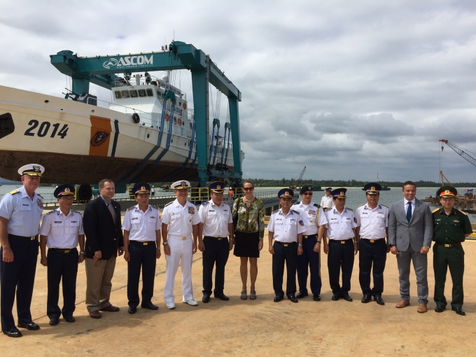 Đô đốc Harris, Tổng Lãnh sự Hoa Kỳ Mary Tarnowka cùng các quanchức Cảnh sát biển Việt Nam thăm Cơ sở Sửa chữa Bảo dưỡng tàu.