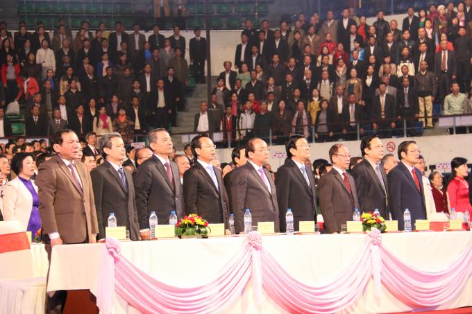 Các lãnh đạo và đại biểu thực hiện Nghi lễ chào cờ Kỷ niệm 20 năm Ngày thành phố trực thuộc Trung ương (01/01/1997-01/01/2017).