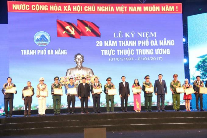 Cũng nhân dịp này, Thành uỷ, HĐND, UBND, Ủy ban MTTQ Việt Nam thành phố đã trao tặng Danh hiệu Công dân tiêu biểu cho 20 cá nhân. Đây là hoạt động ý nghĩa nhằm tôn vinh, khen thưởng các cá nhân có thành tích xuất sắc, tiêu biểu đóng góp đặc biệt trong sự nghiệp xây dựng và phát triển thành phố.