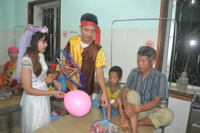 Chú cuội, chị hằng… cũng xuất hiện tại bệnh viện tặng quà bệnh nhi nghèo.