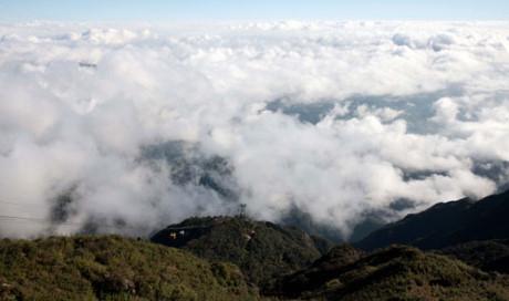 Du khách bồng bềnh trên những ca bin cáp treo,xuyên mây trắng, vượt trên rừng già để lên đỉnh Fansipan.