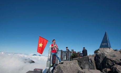 Đỉnh Fansipan chào đón lữ khách bằng một biển mây trắng muốt trải dài khắp không gian và bầu trời xanh ngắt.