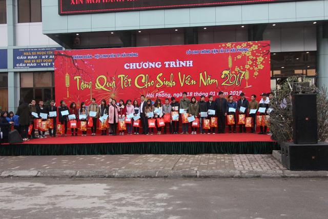 Hàng nghìn sinh viên của 27 tỉnh thanh đang theo học tại Hải Phòng được tặng vé xe về quê ăn tết.