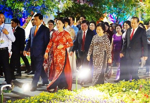 Chủ tịch Quốc hội Nguyễn Thị Kim Ngân, Phó Thủ tướng thường trực Trương Hòa Bình, Bí thư Thành ủy Đinh La Thăng cùng các lãnh đạo TP.HCM tham dự lễ khai mạc đường hoa.