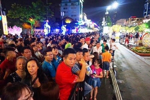 Trong khi buổi lễ khai mạc đang diễn ra, bên ngoài khu vực phố đi bộ Nguyễn Huệ và các trục đường xung quanh đã có rất đông người dân đổ về chờ được vào tham quan.
