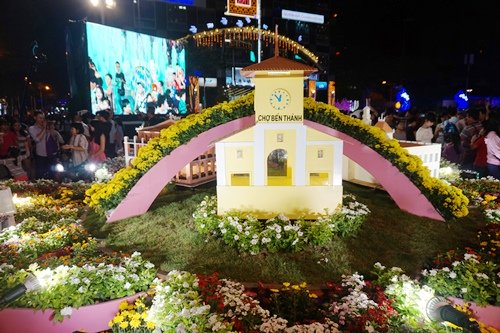 Đường hoa Tết Đinh Dậu sẽ mở cửa đến 22h ngày 31/1 (mùng 4 Tết) để phục vụ du khách và người dân. Tổng chiều dài đường hoa khoảng 720m, dọc đường Nguyễn Huệ.