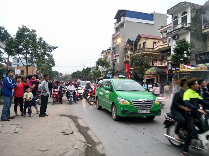 Nhiều người hiếu kỳ đứng xem khiến giao thông khu vực ách tắc.