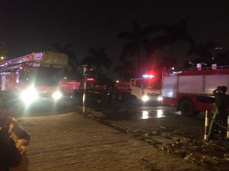 Xe cứu hỏa được điều động thêm để dập lửa.