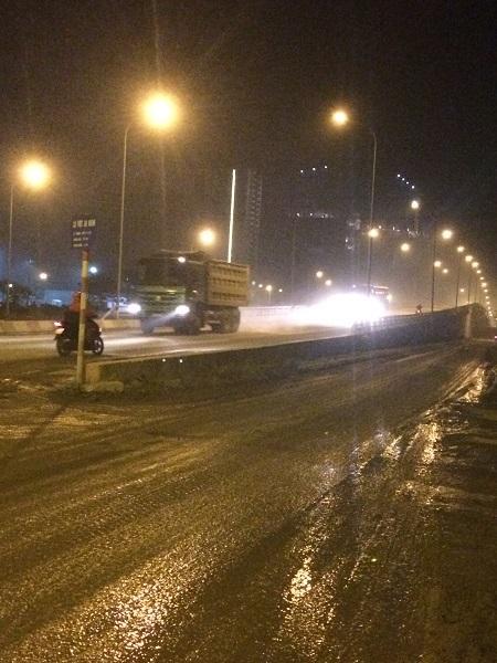 Xe quá tải, xe bồn nối đuôi nhau qua cầu An Khánh