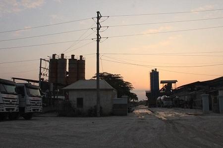 Trạm trộn bê tông đua nhau mọc lên Cụm công nghiệp Lại Yên. (Ảnh Đ.Quyết)